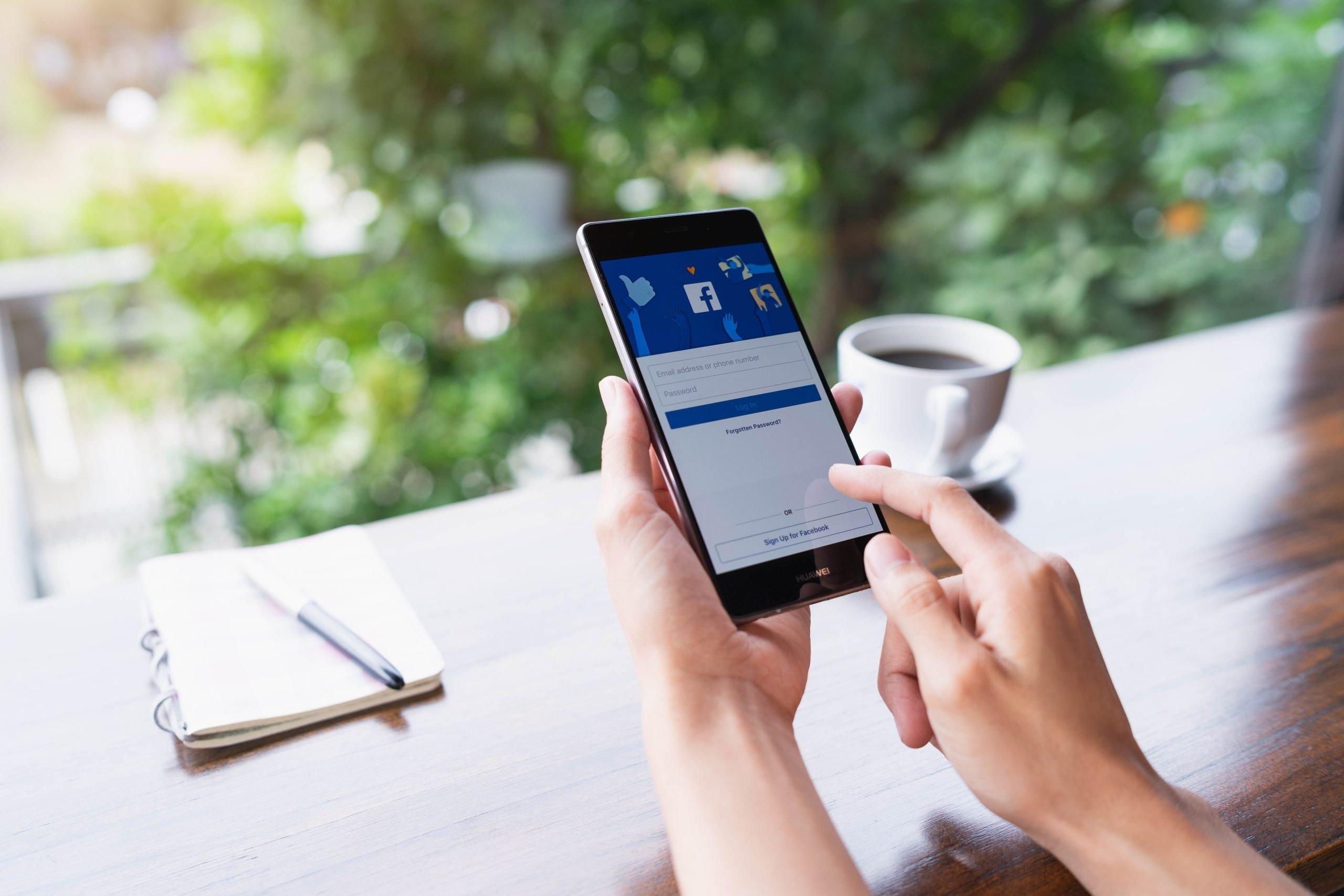 Facebook in Cafe